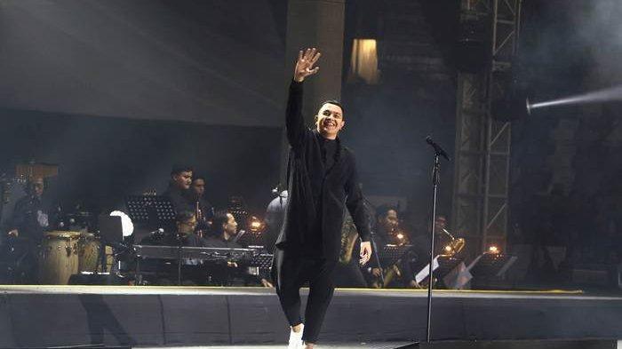 Penyanyi Tulus tampil dalam Konser Monokrom di Istora Senayan, Jakarta Pusat, Rabu (6/2/2019) malam.