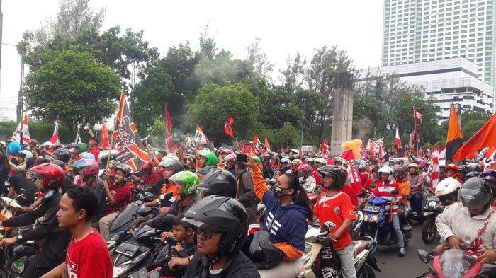 Konvoi Persija Jakarta Juara Liga 1 2018, Polisi Turunkan JakMania yang Naik Atap Bus