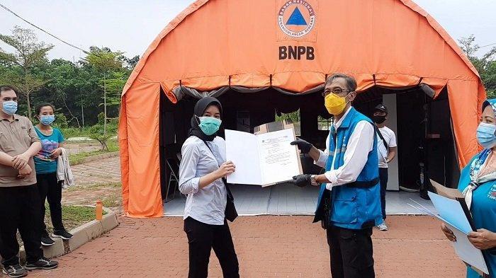 Koordinator RLC Kota Tangsel, Suhara Manulang memberikan suat tanda bebas Covid-19 kepada penyintas virus corona setelah  menjalani masa perawatan dan isolasi.
