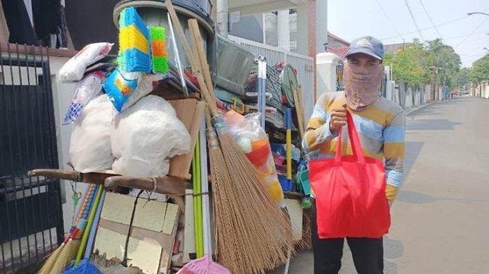Warga menerima bantuan sembako dari Fariz RM Management di kawasan Ciledug, Tangerang, Selasa (8/9/2020). Fariz RM dan Fariz RM Management menyebarkan 150 paket sembako ke warga terdampak Covid-19.