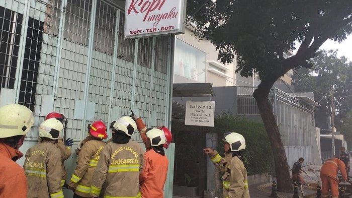Seluruh Bangunan Gudang Terbakar di Grogol Petamburan Tertutup Teralis Besi, Pemadam Alami Kesulitan