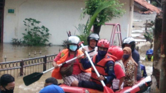 66 Warga Bertahan di Rumah saat Banjir di 2 Kecamatan Jakarta Timur Dievakuasi Petugas Gulkarmat