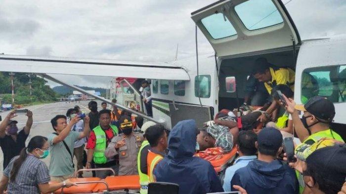 Alemanek Bagau, salah satu tenaga medis yang menjadi korban penembakan oleh KKB Distrik Wandai, Kabupaten Intan Jaya, tengah dievakuasi di Bandara Sugapa menuju Bandara Nabire, Papua, Sabtu (23/5/2020)