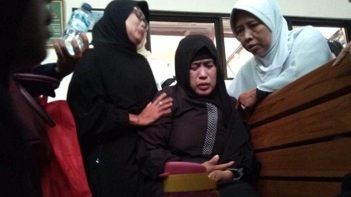 BREAKING NEWS Sidang Putusan Aset First Travel Ditunda, Jemaah Teriak Innalillahi Lalu Pingsan