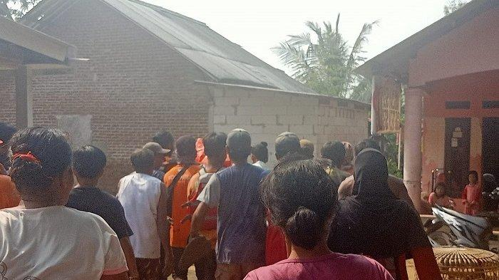 Petugas dan warga mengevakuasi korban tenggelam, Randi Januar (29), di Sungai Citarum, Desa Lenggahjaya, Kecamatan Cabangbungin, Kabupaten Bekasi, Jumat (19/3/2021). Randi tenggelam ketika sedang mencari udang bersama teman-temannya, Rabu (17/3/2021).