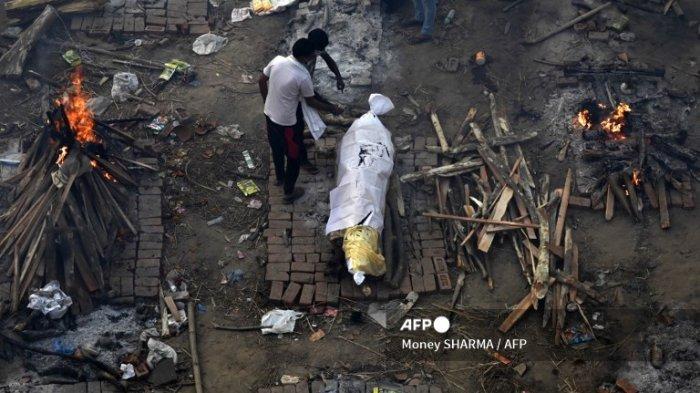 FOTO-FOTO Virus Corona di India, Jenazah Antre Dibakar, Ibu Angkut Anak Korban Covid Pakai Becak