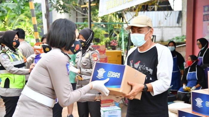 Polwan Korlantas Polri Bagikan Bantuan Kemanusiaan ke Korban Banjir Cipinang Melayu