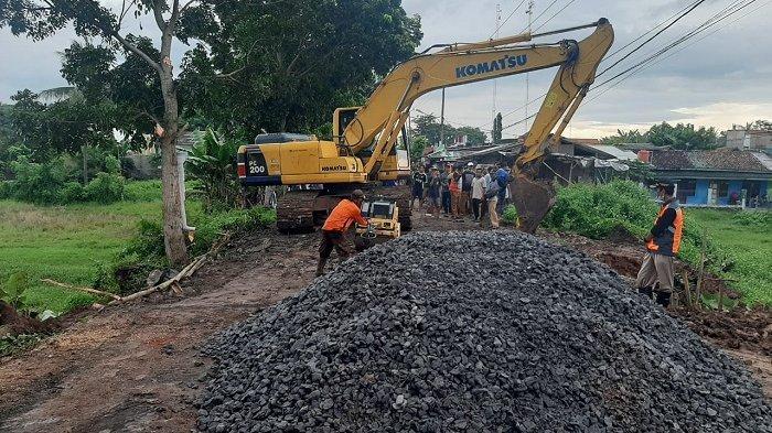 Jalan Raya Kresek Kabupaten Tangerang Amblas Akibat Hujan Deras