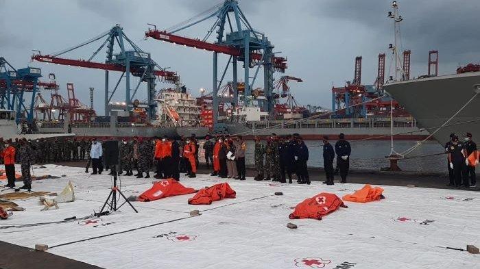KRI Parang Serahkan Tiga Kantong Berisi Serpihan Barang Pribadi Awak Pesawat Sriwijaya Air SJ-182