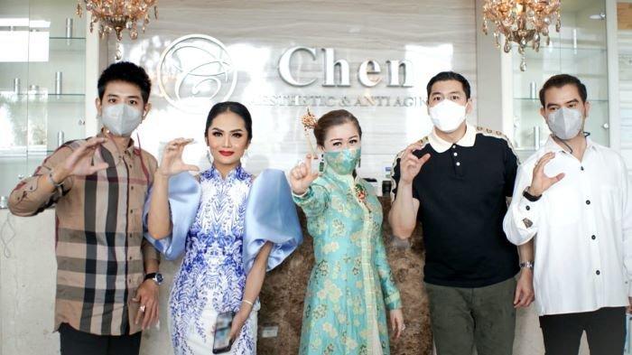 Krisdayanti bersama dr Chen (tengah) di Chen Clinic by dr Chen di Jalan Puri Kencana, Kembangan, Jakarta Barat, Kamis (11/2/2021).