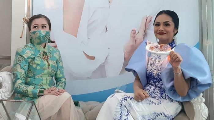 Krisdayanti bersama dr Chen di Chen Clinic by dr Chen di Jalan Puri Kencana, Kembangan, Jakarta Barat, Kamis (11/2/2021).