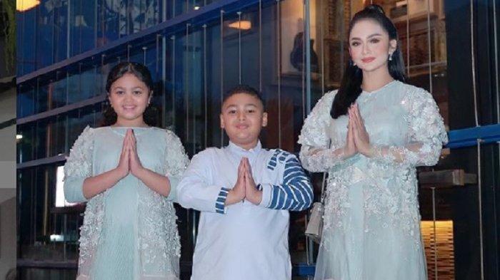 Krisdayanti bersama kedua anaknya, Amora dan Kellen Lemos.