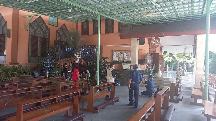 Suasana pelaksanaan ibadah Natal di Gereja Paroki Kristus Raja, Karawang, Jawa Barat.