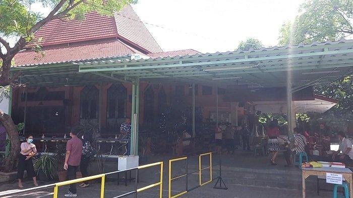 Suasana pelaksanaan ibadah Natal di Gereja Paroki Kristus Raja, Karawang, Jawa Barat, Jumat (25/12/2020).