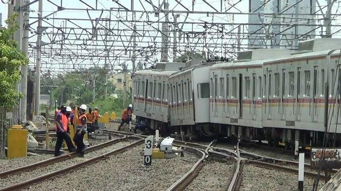 KRL Tujuan Bekasi-Kota Anjlok di Stasiun Kampung Bandan, Begini Kronologinya