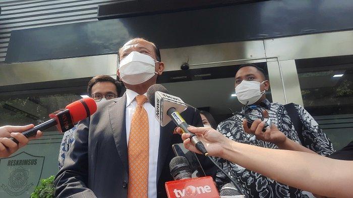 Luhut Menyerahkan 12 Barang Bukti Atas Kasus Dugaan Berita Bohong Saat Dimintai Keterangan di Polda