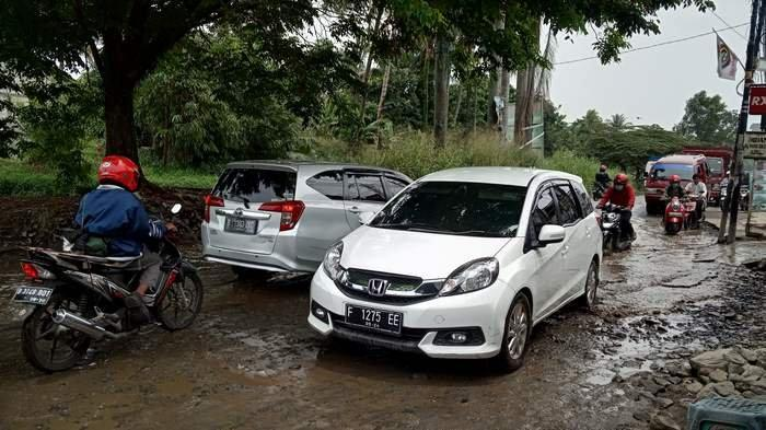 Kubangan air di Jalan Raya Bojonggede arah Citayam membahayakan keselamatan pengguna jalan.
