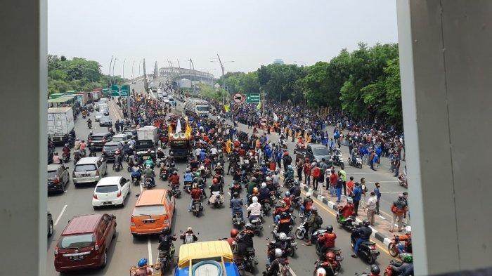 Aksi Unjuk Rasa di Kota Bekasi Memanas, Aparat Terkepung Massa Buruh yang Datang dari Dua Arah