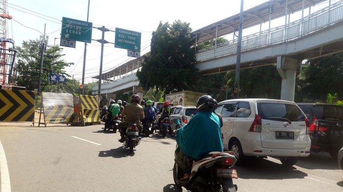Arus Lalu Lintas Tersendat di Kolong Jembatan Rel KA Manggarai