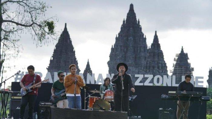Band Langit Sore saat bernyanyi di Prambanan Jazz Online yang digelar di Candi Prambanan, Yogyakarta, Sabtu (18/7/2020) sore.