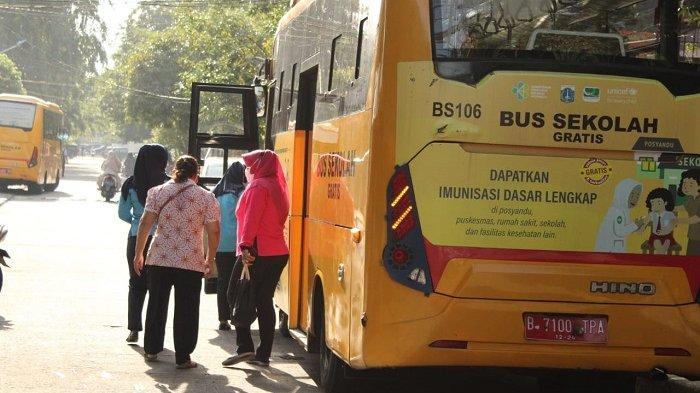 Lansia di Jakarta Utara Manfaatkan Bus Sekolah Menuju Sentra Vaksinasi Covid-19 di Balai Yos Sudarso