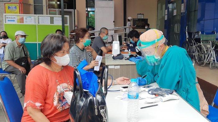 Vaksinasi Covid-19 Bagi Lansia di Puskesmas Kecamatan Kramat Jati Disambut Antusias Warga