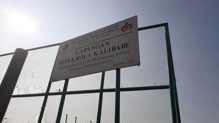 Stadion Mini Kalibaru ini terletak ditengah pemukiman penduduk yang dibatasi dengan tembok keliling lapangan setinggi 3 meteran