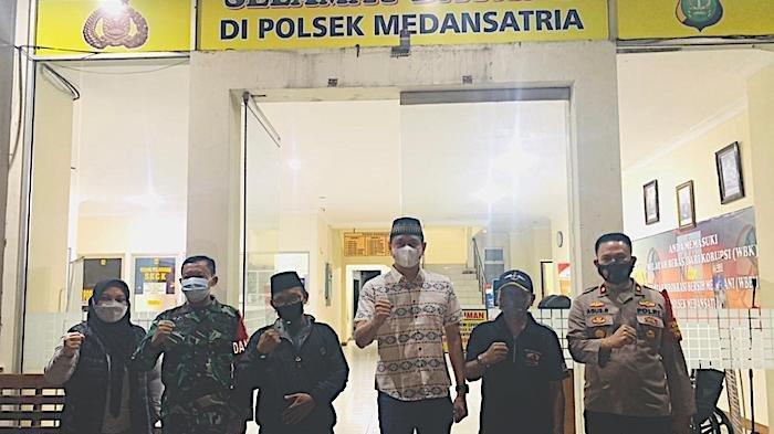 Beredar video viral seorang pria bernama ingin melaksanakan ibadah Salat di Masjid Al Amanah di Jalan Kp Tanah Apit RT 02 RW 09 Kelurahan Medan Satria Kecamatan Medan Satria, Kota Bekasi diusir karena mengunakan masker berakhir damai.