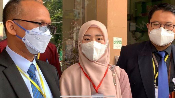 Penulis buku Larissa Chou saat hadir di Pengadilan Agama Cibinong, Kabupaten Bogor, Jawa Barat, Rabu (16/6/2021). Pernikahan Larissa Chou dan Alvin Faiz dinyatakan berakhir lewat perceraian, Rabu siang ini.
