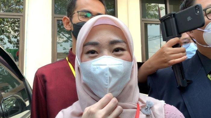 Penulis buku Larissa Chou saat hadir di Pengadilan Agama Cibinong, Kabupaten Bogor, Jawa Barat, Rabu (16/6/2021). Pernikahan Larissa Chou dan Alvin Faiz dinyatakan berakhir lewat perceraian.