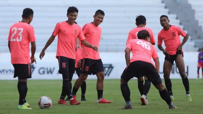 Para pemain Borneo FC sedang berlatih sebelum akhirnya Liga 1 ditunda kembali pelaksanaannya