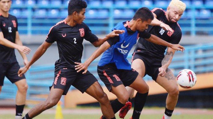 Para pemain Borneo FC sedang berlatih dengan protokoler kesehatan Covid-19 yang ketat