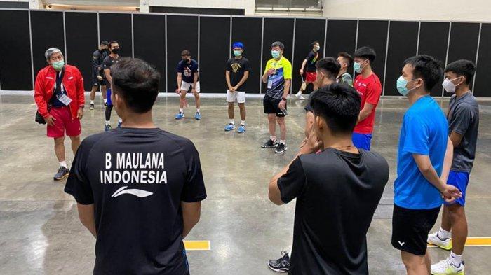 Para pemain mendapatkan arahan sebelum latihan perdana di komplek Impact Arena, Bangkok
