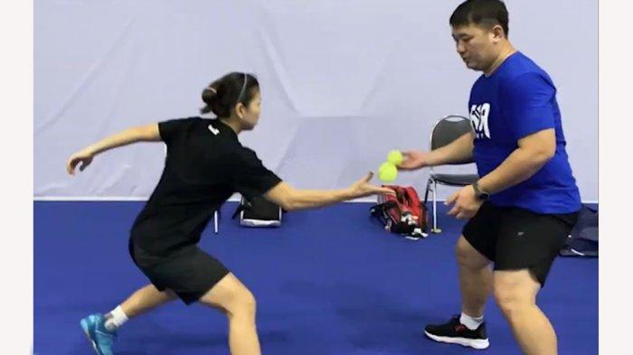 Greysia Polii pemain ganda putri sedang berlatih sentuhan dengan menggunakan bola kecil