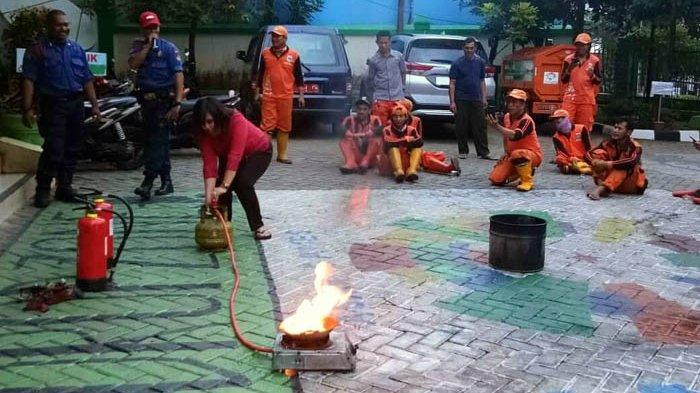 Anggota PPSU dan Staf Kelurahan Pasar Minggu Dilatih Tangani Kebocoran Tabung Gas Elpiji