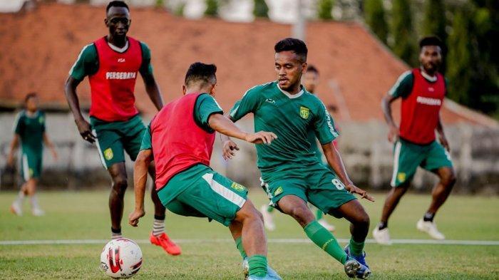 Alwi Slamat (kanan) berduel dengan Irfan Jaya dalam sesi latihan jelang kompetisi Liga 1 bergulir kembali