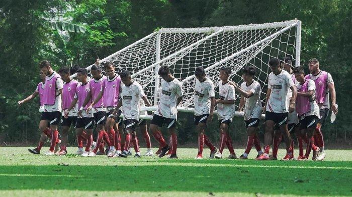 Para pemain Persija Jakarta usai berlatih bersama di lapangan Sawangan, Depok persiapan untuk menghadapi Persela Lamongan