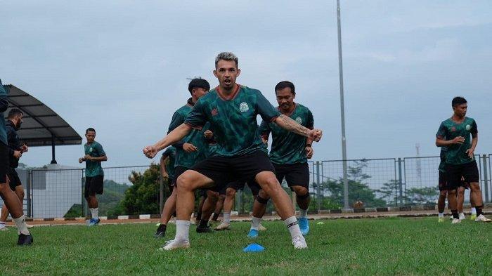 Tim Persikabo 1973 saat menjalani sesi latihan di Lapangan PMPP, Hambalang, Kabupaten Bogor.