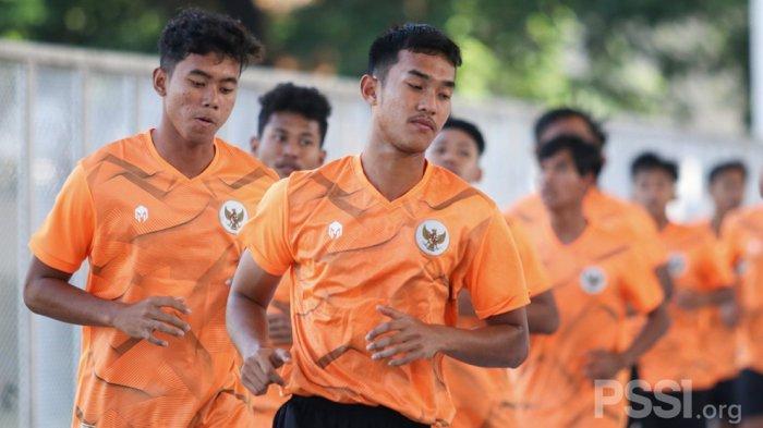 Para pemain Timnas U-19 berlatih fisik dengan berlari disekitaran Stadion Madya Senayan, Jakarta