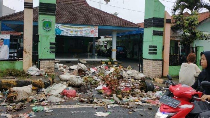 Tak Ada TPS di Lingkungannya, Warga Buang Sampah di Kantor Kecamatan