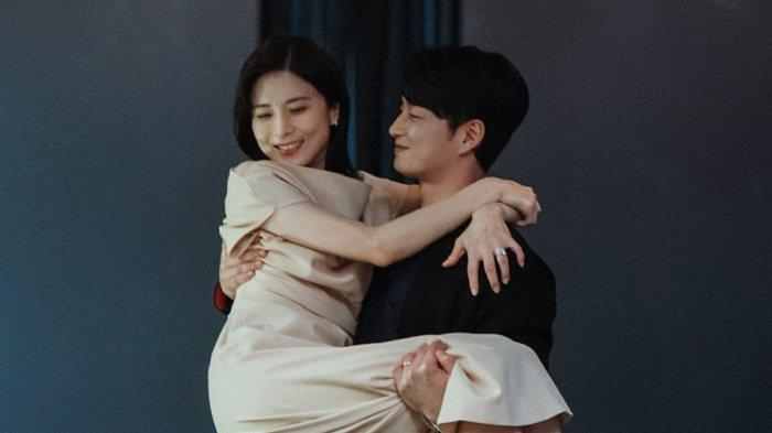 Aktris Lee Bo Young dan Lee Hyun Wook dalam satu adegan drama Korea Mine.