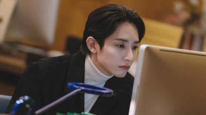 Lee So Hyuk Do Hyun berperan sebagai editor novel web dalam drama Korea terbaru berjudul Doom at Your Service.