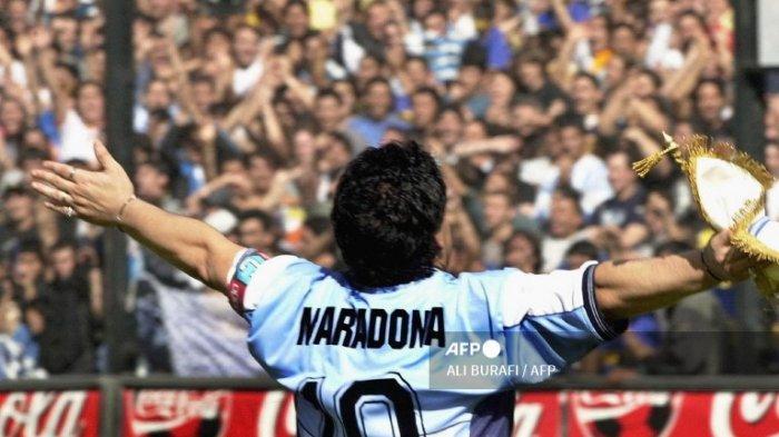 Pada file foto ini diambil pada tanggal 09 November 2001 Bintang sepak bola Argentina Diego Maradona menyapa publik di stadion