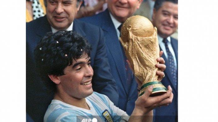 Legenda sepak bola Argentina Diego Maradona meninggal pada 25 November 2020. Dalam foto file ini diambil pada tanggal 29 Juni 1986 kapten tim bintang sepak bola Argentina Diego Armando Maradona mengangkat Piala Dunia yang dimenangkan oleh timnya setelah kemenangan 3-2 atas Jerman Barat di Stadion Azteca di Mexico City.