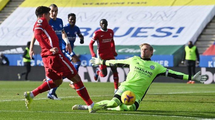 Kasper Schmeichel menghalau tendangan pemain Liverpool ke gawangnya