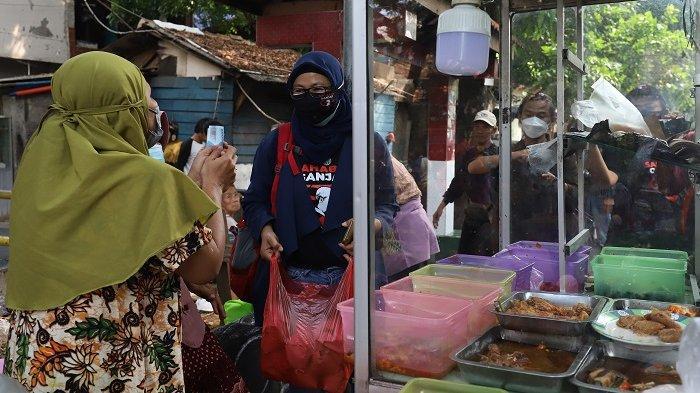 Ketua Umum Sahabat Ganjar, Lenny Handayani bersama relawan memborong pedagang makanan Produk Usaha MIKRO yang dilakukan secara serentak se-Indonesia di Kawasan Kramat, Jakarta Pusat, Sabtu (11/9/2021). Aksi ini dilakukan serentak di 51 kota di Indonesia dengan memborong dagangan pedagang bakso, mie ayam, warteg, dan produk UMKM lainnya. Kemudian makanan tersebut dibagikan kepada kepada mereka yang tak mampu serta masyarakat yang melintas di sekitar lokasi pedagang. Aksi tersebut diberi nama Larisin Modalin Usaha Mikro Se-Indonesia di 51 lokasi yang tersebar di Indonesia.