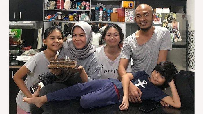 Leo Saputra bersama keluarga saat merayakan ultah istrinya