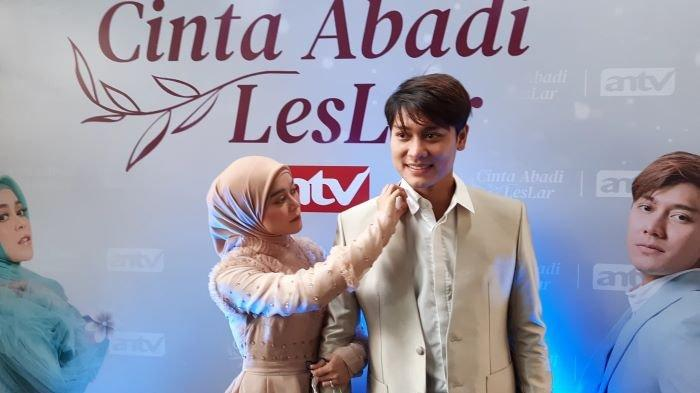 Pasangan selebritas Lesti Kejora dan Rizky Billar disela jumpa pers Cinta Abadi Leslar ANTV Blue Jasmine, Jalan Kyai Maja, Kebayoran Baru, Jakarta Selatan, Rabu (23/6/2021).