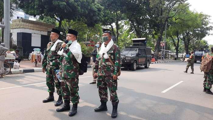 Di Tengah Unjuk Rasa, TNI Bersalawat, Dibalas Sorakan oleh Peserta Aksi
