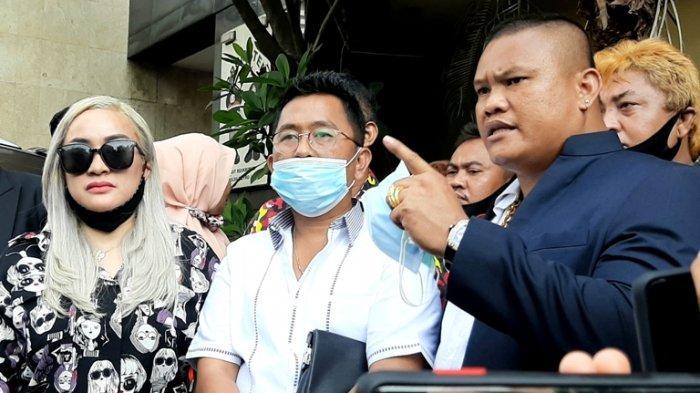 Pedangdut Lia Ladysta setelah menjalani pemeriksaan sebagai tersangka kasus dugaan pencemaran nama baik terhadap Syahrini di Direktorat Reserse Kriminal Khusus Polda Metro Jaya, Rabu (23/9/2020).